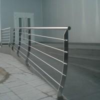 Barandilla realizada en perfilería Inox acabado brillo, AISI 304. Montantes o pilares conforma, tubos transversales redondo de 20 pasamanos tubo redondo 52  cubreplacas (embellecedores).